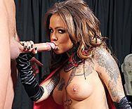 Порно сексуальной татуированной ведьмочки в униформе с другом - 2