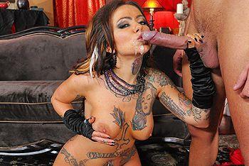 Порно сексуальной татуированной ведьмочки в униформе с другом