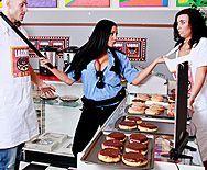Горячее порно полицейской в униформе с вором в магазине - 1