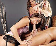 Смотреть групповое порно с горячей брюнеткой с натуральными сиськами - 2