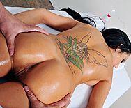 Смотреть красивый секс брюнетки с натуральными сиськами с массажистом - 1