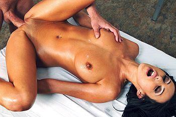 Смотреть красивый секс брюнетки с натуральными сиськами с массажистом