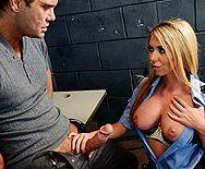 Порно красивой полицейской блондинки с заключенным в камере - 1