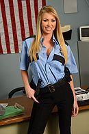 Порно красивой полицейской блондинки с заключенным в камере #1