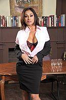 Желанная брюнетка с большими сиськами трахается в офисе с любовником #1