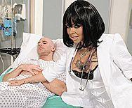 Смотреть секс пациента с проституткой в эротическом корсете в больнице - 1