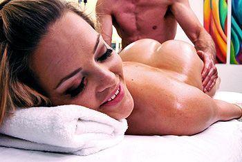Смотреть чувственный секс с блондинкой после эротического массажа
