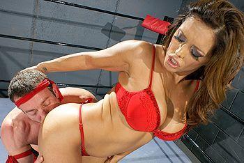 Смотреть жаркое порно с сексуальной красоткой на ринге