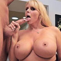 Смотреть порно опытной зрелой блондинки с молодым кавалером
