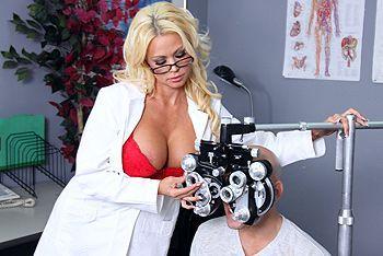Порно пышногрудой докторши в чулках с пациентом