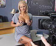 Секс стройной сексуальной блондинки в школе перед камерой - 1