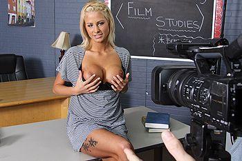Секс стройной сексуальной блондинки в школе перед камерой