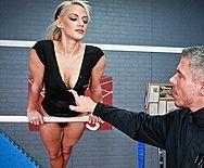 Красивая стройная гимнастка кончает после секса с тренером - 1