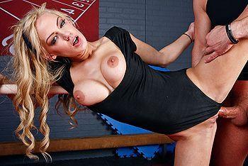 Красивая стройная гимнастка кончает после секса с тренером
