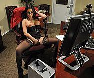 Смотреть порно босса с роскошной секретаршей в чулках - 1