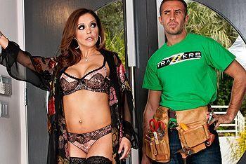 Горячее порно садовника с сексуальной зрелой хозяйкой в эротическом белье