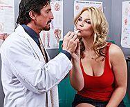 Смотреть секс гинеколога с сексуальной молодой блондинкой - 1