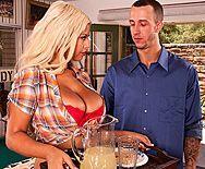 Анальный секс на бильярдном столе с распутной сексуальной блондинкой - 1