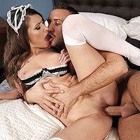 Горячее порно босса с привлекательной шатенкой в униформе горничной