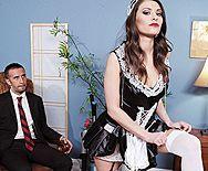Горячее порно босса с привлекательной шатенкой в униформе горничной - 1