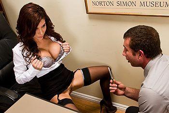 Смотреть секс в офисе с элитной сексуальной красоткой в чулках