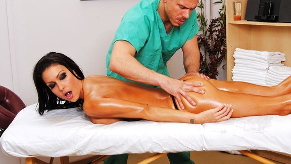 Смотреть красивый секс массажиста со стройной худенькой брюнеткой