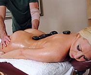 Смотреть секс массажиста с пизду сексуальной блондинки после массажа - 1