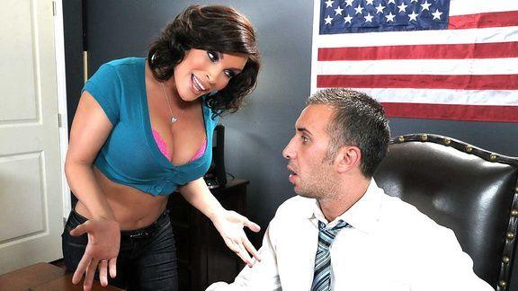 Смотреть секс депутата со взрослой распутной брюнеткой в офисе