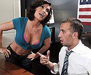 Смотреть секс депутата со взрослой распутной брюнеткой в офисе - 1
