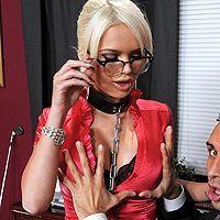 Смотреть как босс доминирует над молоденькой блондинкой в чулках