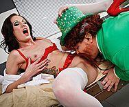 Анальный трах смазливой медсестры с охранником в палате - 1