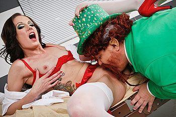 Анальный трах смазливой медсестры с охранником в палате