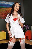 Анальный трах смазливой медсестры с охранником в палате #1