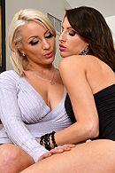 Смотреть развратные лесбиянки трахаются резиновым членом на ремне #5