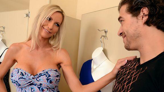 Жаркий секс элитной стройной блондинки с продавцом в магазине