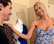Жаркий секс элитной стройной блондинки с продавцом в магазине - 1
