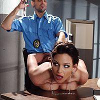 Возбужденный коп трахает элитную проститутку