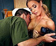 Аматорское порно со стройной блондинкой в казарме - 1