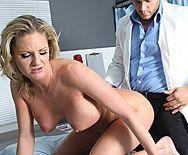 Анал зрелой блондинки с озабоченным врачом - 2