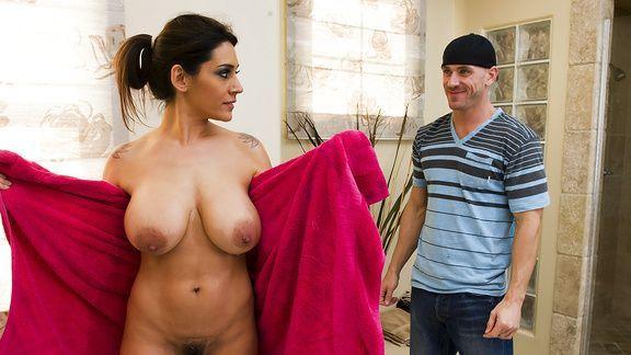 Секс зрелой мамашки с другом сына в ванной