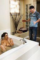 Секс зрелой мамашки с другом сына в ванной #5