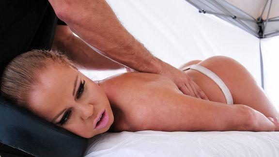 Смотреть секс массажиста с блондинкой с шикарными формами