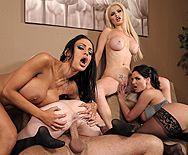Смотреть групповой секс со сногсшибательными лесбиянками с большими сиськами - 4