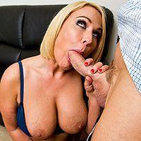 Смотреть домашнее порно с роскошной сексуальной блондинкой в чулках