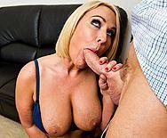 Смотреть домашнее порно с роскошной сексуальной блондинкой в чулках - 2