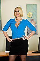 Смотреть домашнее порно с роскошной сексуальной блондинкой в чулках #1