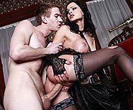 Жесткий секс с привлекательной брюнеткой в эротическом белье - 2
