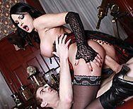 Жесткий секс с привлекательной брюнеткой в эротическом белье - 4