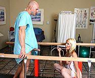 Смотреть секс пациента со зрелой ненасытной медсестрой - 1