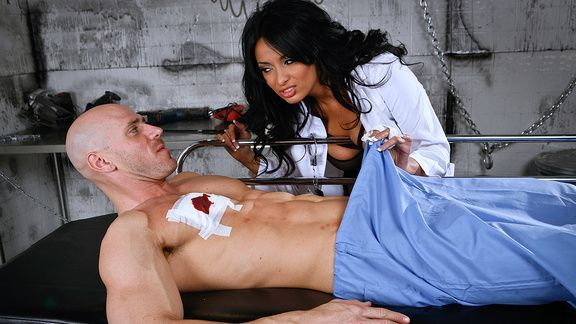 Порно раненого пациента с восхитительной брюнеткой медсестрой